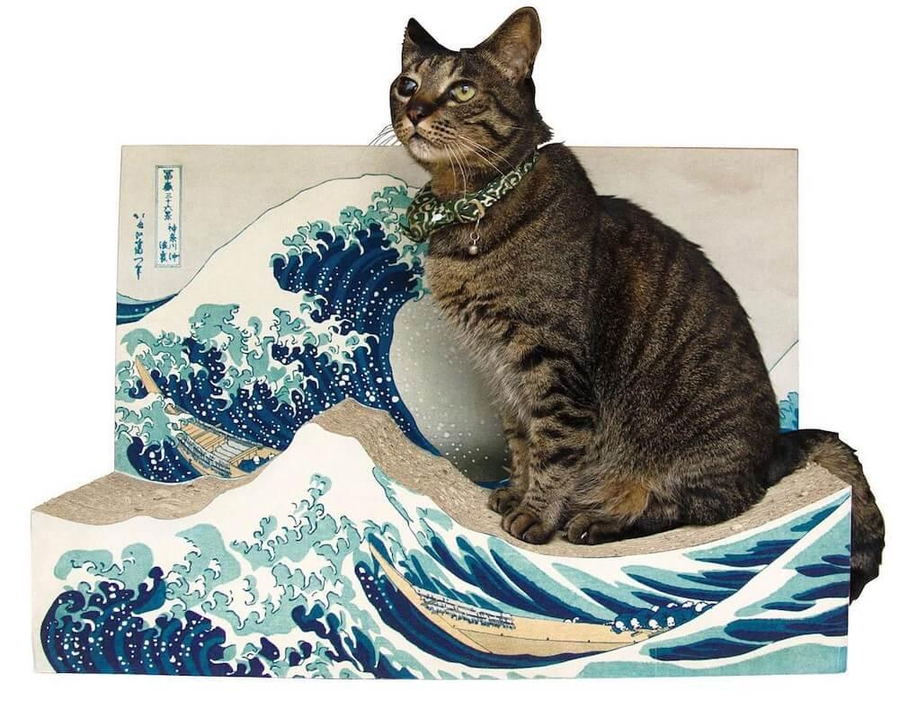 葛飾北斎の浮世絵「冨嶽三十六景 神奈川沖浪裏」をモチーフにした猫用の爪とぎ使用イメージ