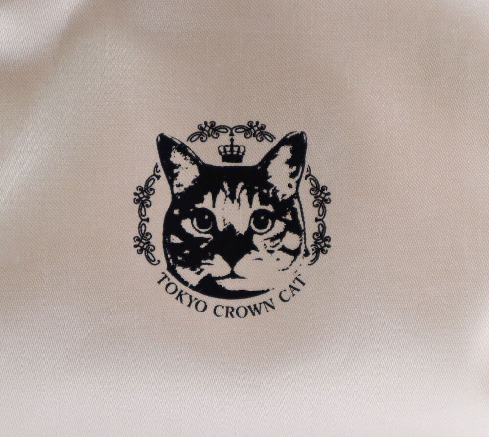 「エスプレッソアフォガートキャラメル」の猫ポーチにプリントされているキジトラ猫 by TOKYO CROWN CAT