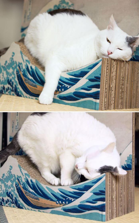 葛飾北斎の浮世絵「冨嶽三十六景 神奈川沖浪裏」をモチーフにした爪とぎにあごを乗せる猫