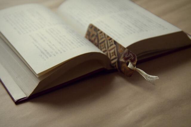 本にしおり(ブックマーカー)を挟んだイメージ写真
