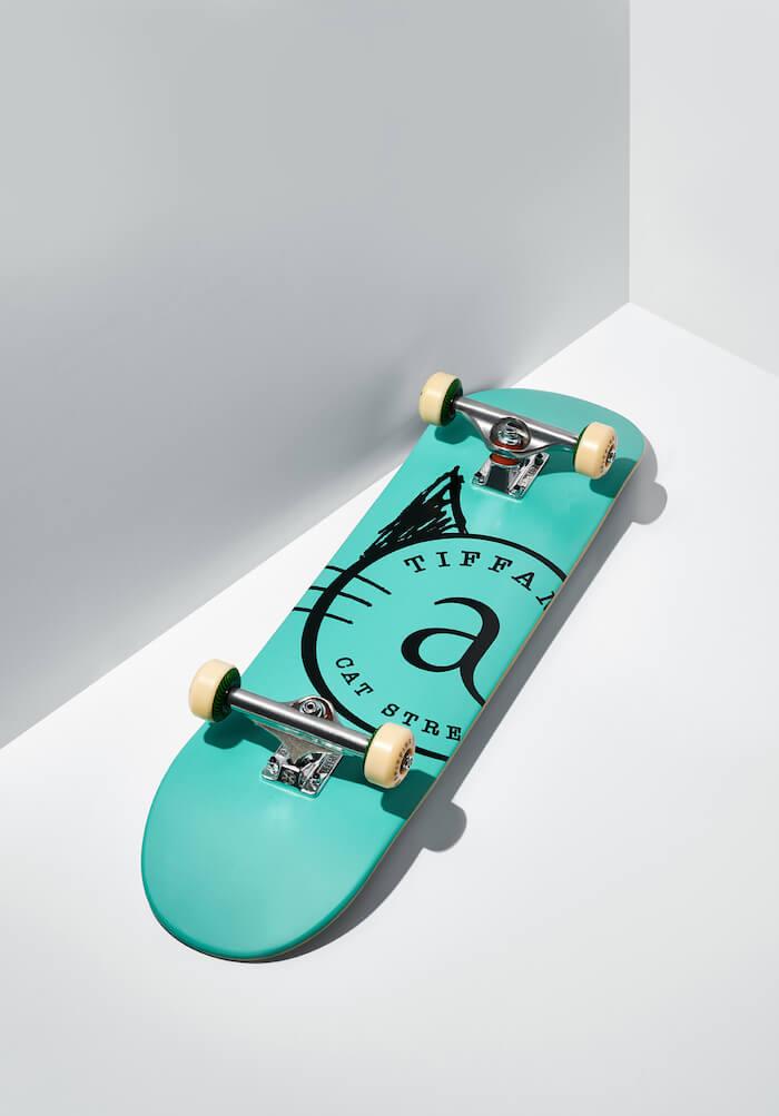 ティファニーブルーで彩られたスケートボード裏面