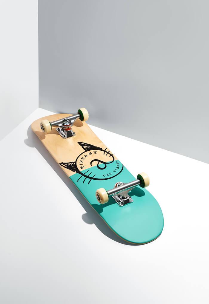 半分だけティファニーブルーで彩られたスケートボード裏面