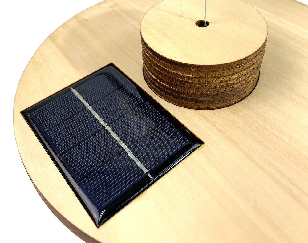 太陽光発電により自動で動く猫じゃらし「ぼっちじゃらし」のソーラーパネル部分