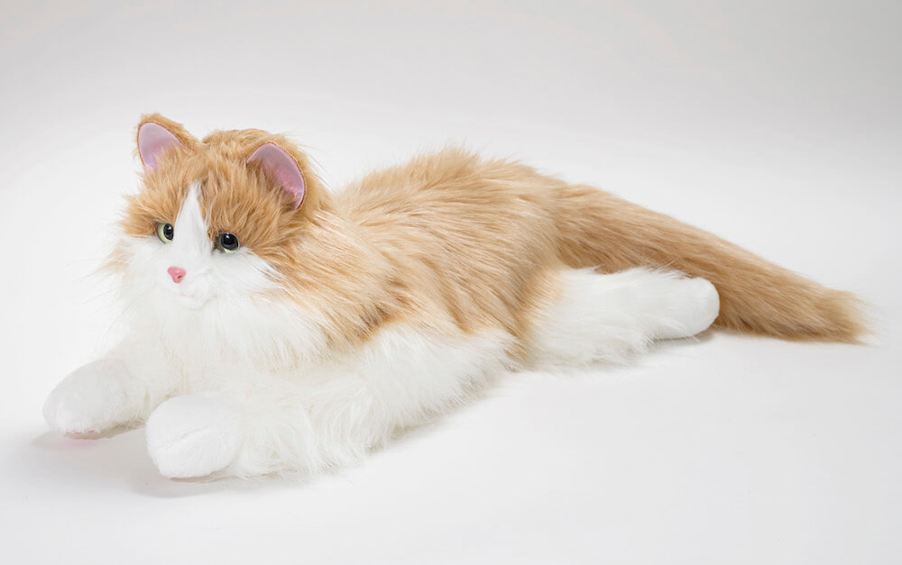 猫型ペットロボット「しっぽふりふり あまえんぼうねこちゃん」ミックスブラウンカラーの横向きポーズ