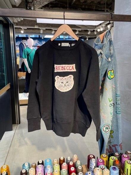 俳優の浅野忠信が描く猫のイラスト「REBECCA(レベッカ)」をリーバイスのトップスに刺繍した様子(小サイズ)