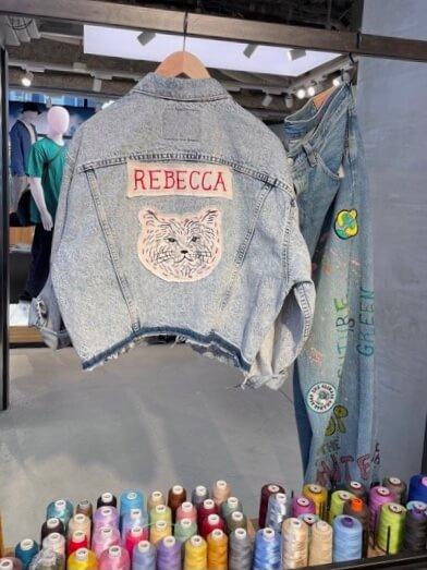 俳優の浅野忠信が描く猫のイラスト「REBECCA(レベッカ)」をリーバイスのトップスに刺繍した様子(大サイズ)