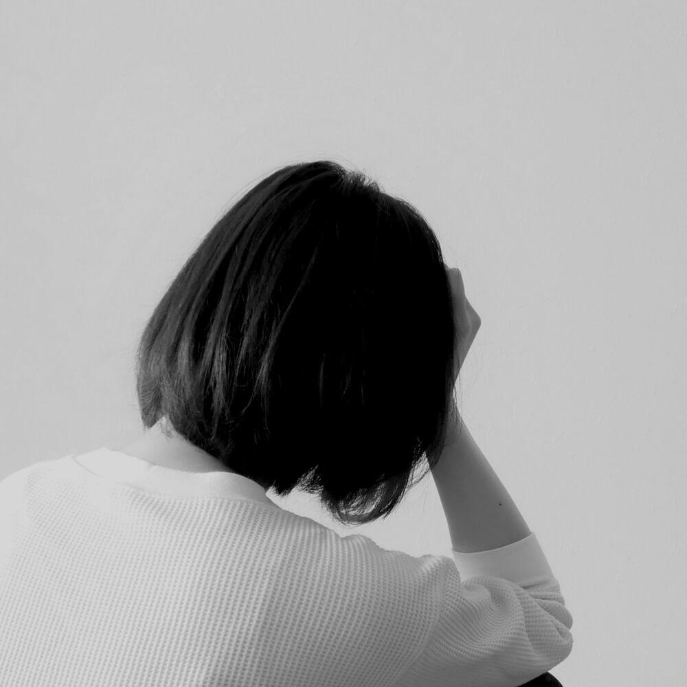 ストレスで悩み疲れている女性のイメージ写真