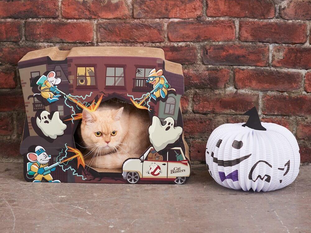 ゴーストバスターズをパロディ化したキャットバスターズの猫用爪とぎ使用イメージ by オーサムストア