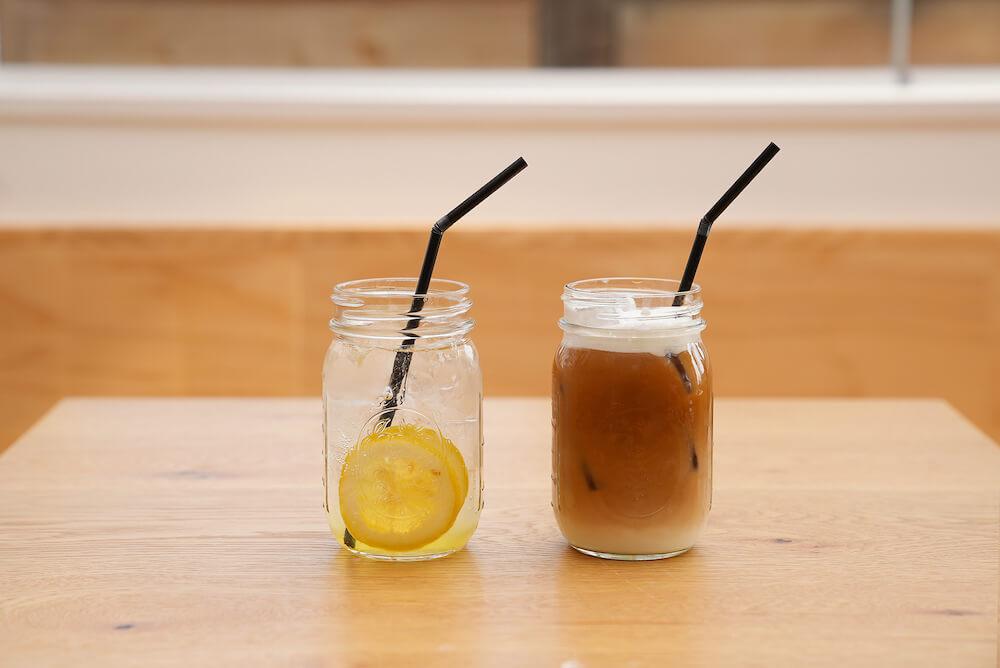 「ネコリパランド」のカフェスペースで注文できる自家製レモニャード(レモネード)と辻本珈琲の本格ドリップコーヒー