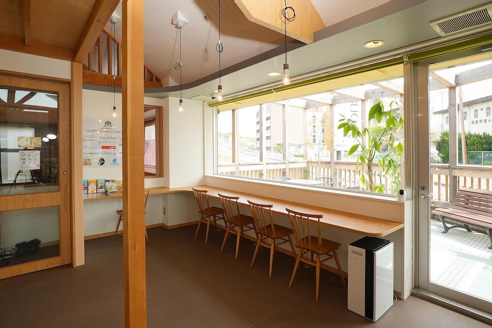 保護猫カフェを併設した猫雑貨店「ネコリパランド」のカウンター席&テラス席も