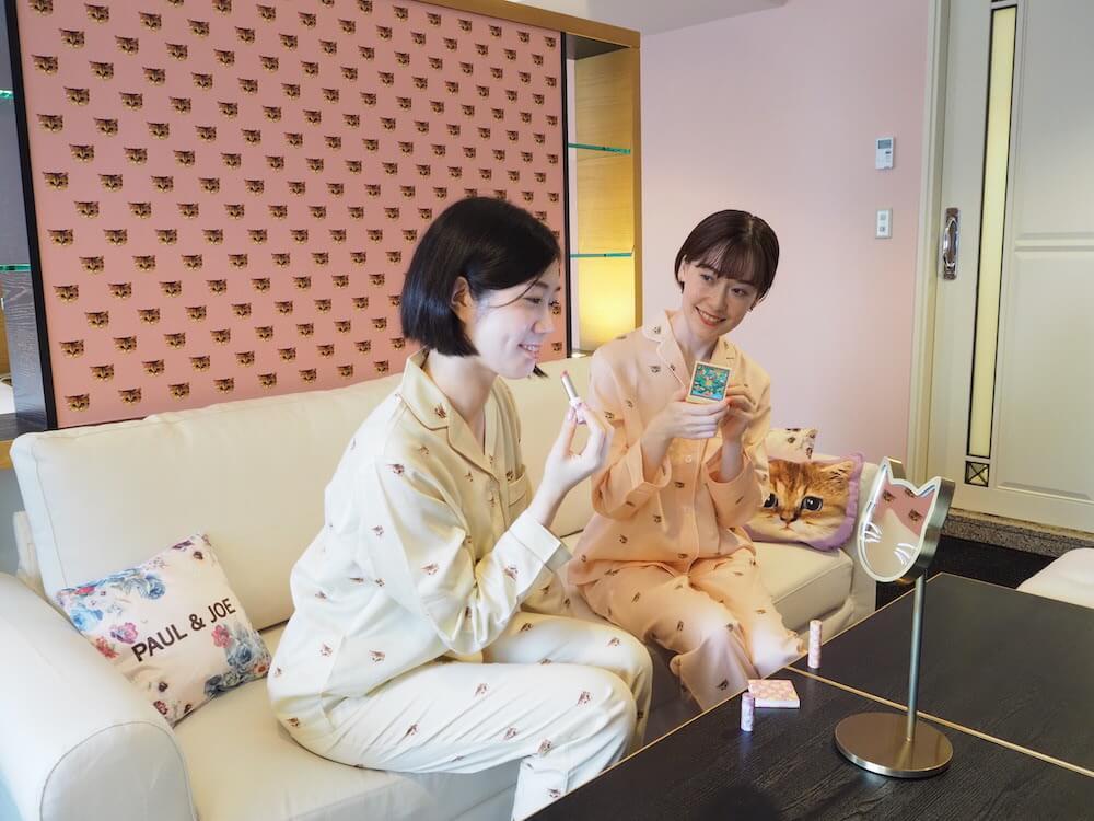 客室でメイクをする女性客の様子 by ホテルニューオータニ×PAUL & JOE レディース宿泊プラン