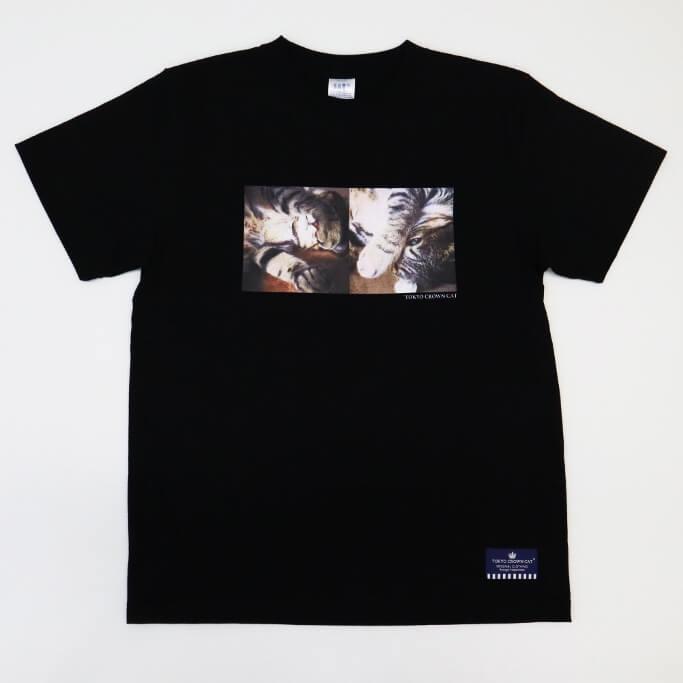 まぶしい寝ポーズの猫写真がプリントされたTシャツ by TOKYO CROWN CAT