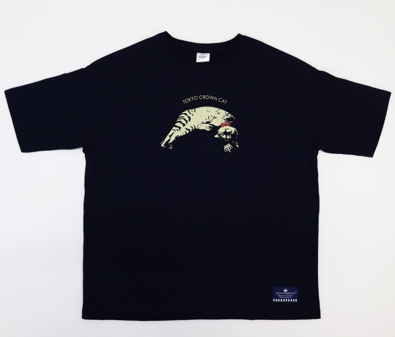 お昼寝姿の猫がデザインTシャツ by TOKYO CROWN CAT
