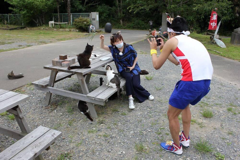 田代島で猫と鈴木砂羽の写真を撮るサンシャイン池崎