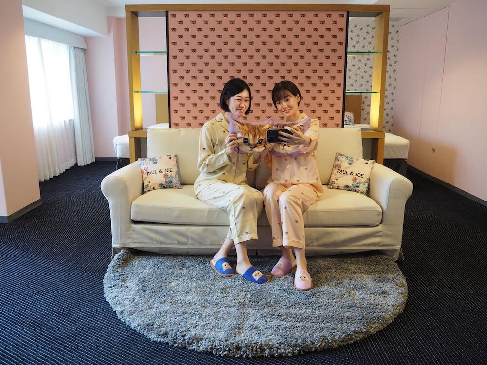 ホテルニューオータニ×PAUL & JOE レディース宿泊プランの部屋で記念撮影をする宿泊客の様子