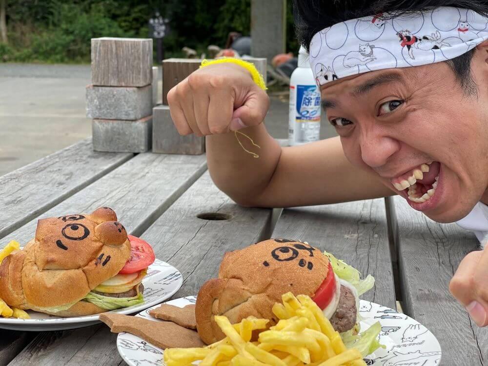 田代島で「まきのねこバーガー」と記念撮影をするサンシャイン池崎