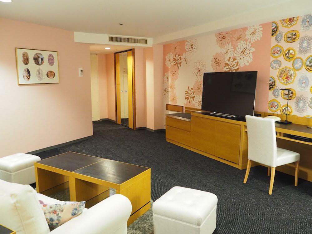 猫柄や花柄の装飾が施されている室内 by ホテルニューオータニとポールアンドジョーのコラボ客室