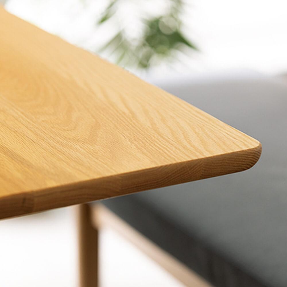 「オーク天然木の ネコとくつろぐ ダイニングテーブル」は猫の安全性に配慮して角がすべすべ