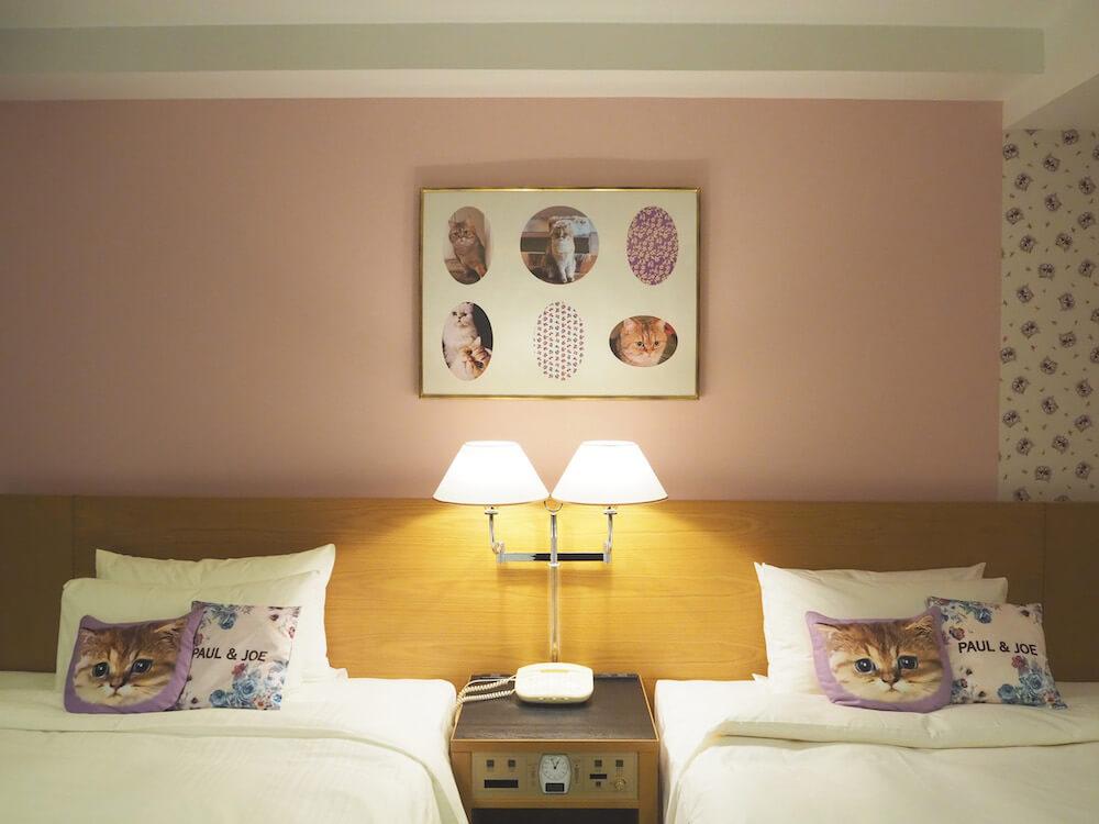 猫クッションが置いてるベッドルーム by ホテルニューオータニとポールアンドジョーのコラボ宿泊プラン客室