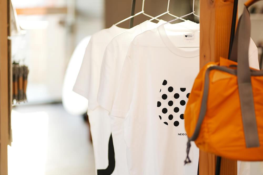 保護猫カフェを併設した猫雑貨店「ネコリパランド」のTシャツ&ボストンバッグ