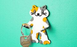 ネコの手足を曲げると…小物掛けに!壁に貼れる猫型ラバーフックが全国のカプセルトイ売場に登場
