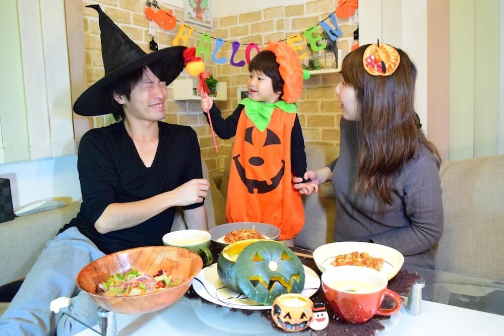 家族でハロウィンパーティを楽しむイメージ