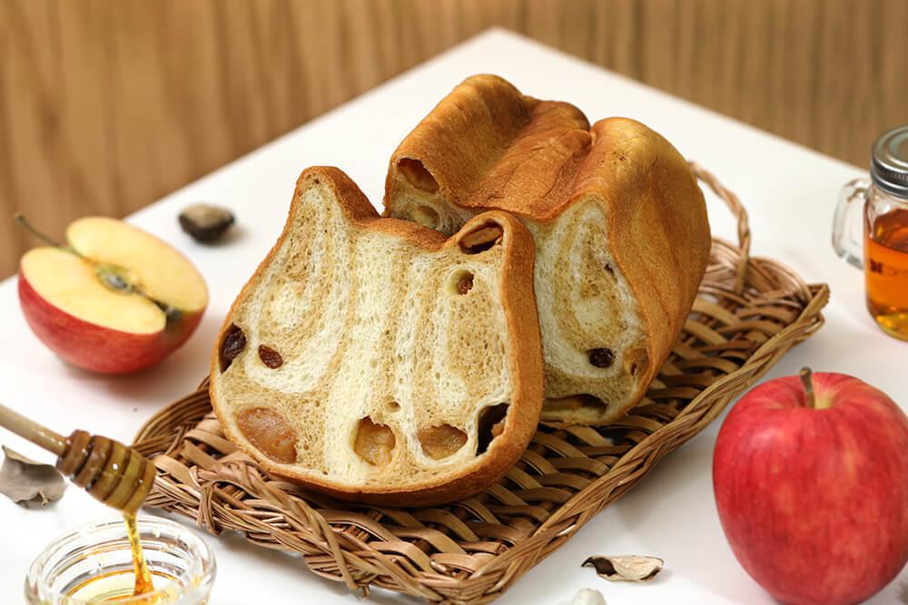 リンゴ&レーズンが入った「ねこねこ食パン〜めいぷるとあっぷる〜」商品イメージ