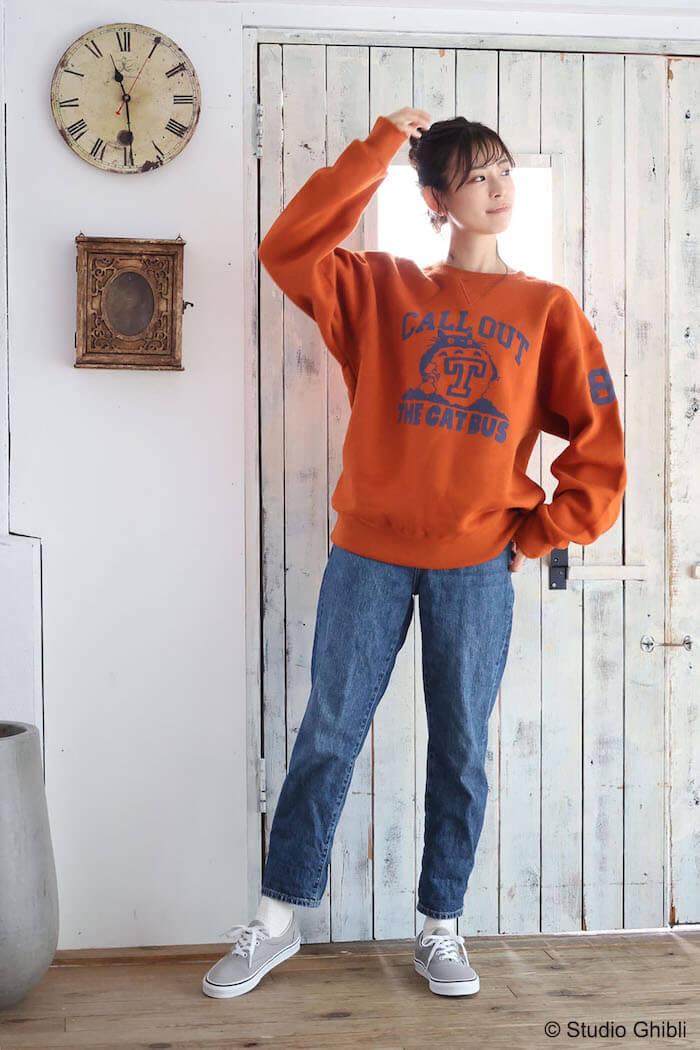トトロがデザインされたトレーナーの女性着用イメージ by GBL