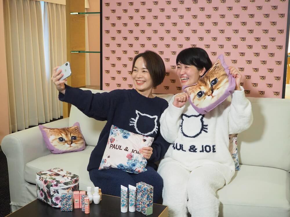 猫デザインの秋冬パジャマ&スリッパを着用して女子会を楽しむ様子 by ホテルニューオータニ×ポールアンドジョーのコラボ宿泊プラン第2弾
