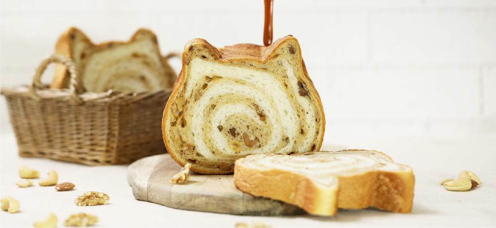 キャラメル生地を練り込んだ「ねこねこ食パン キャラメルナッツ」商品イメージ