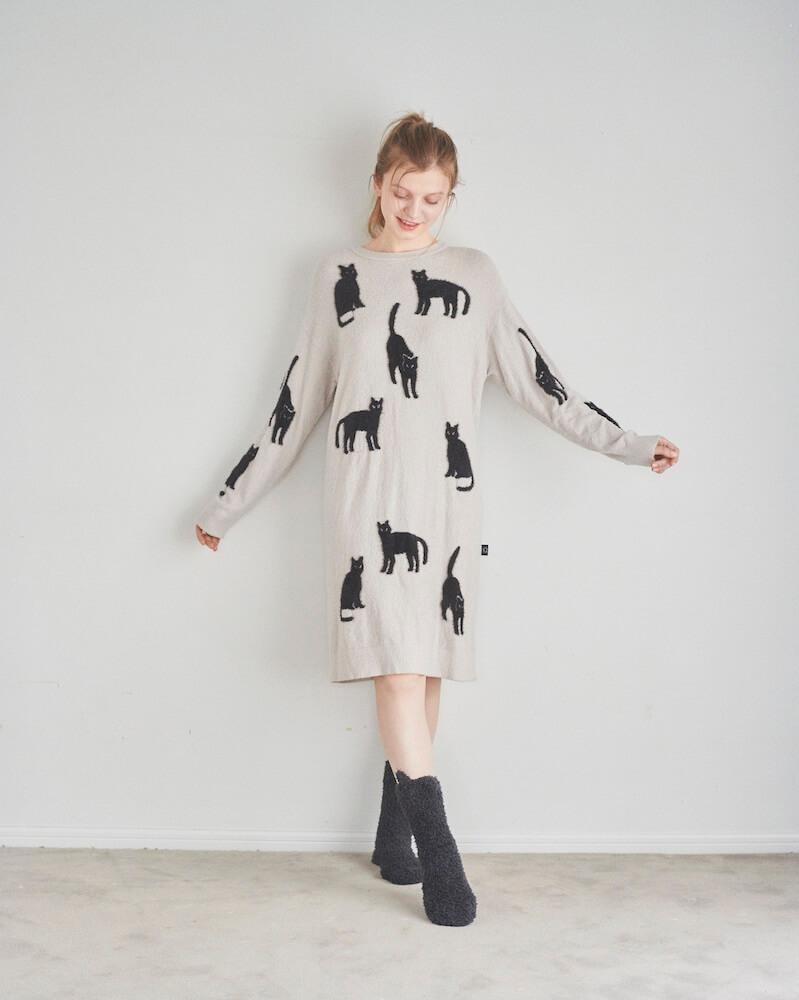 黒猫シルエットがデザインされたニットドレスの着用イメージ by ジェラートピケ