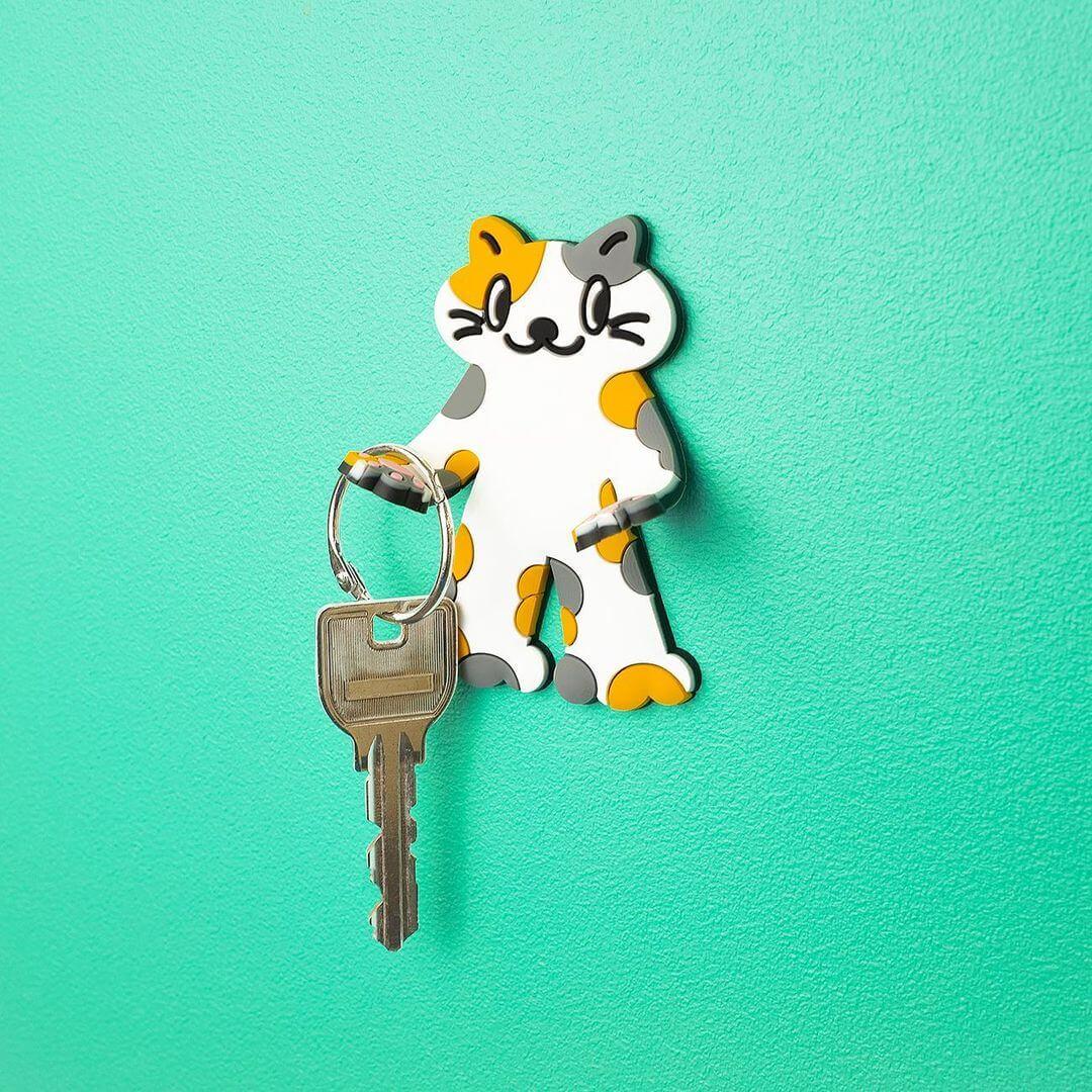 猫型ラバーフック「PERAPERA CATS(ペラペラキャッツ)」に鍵を掛けた使用イメージ