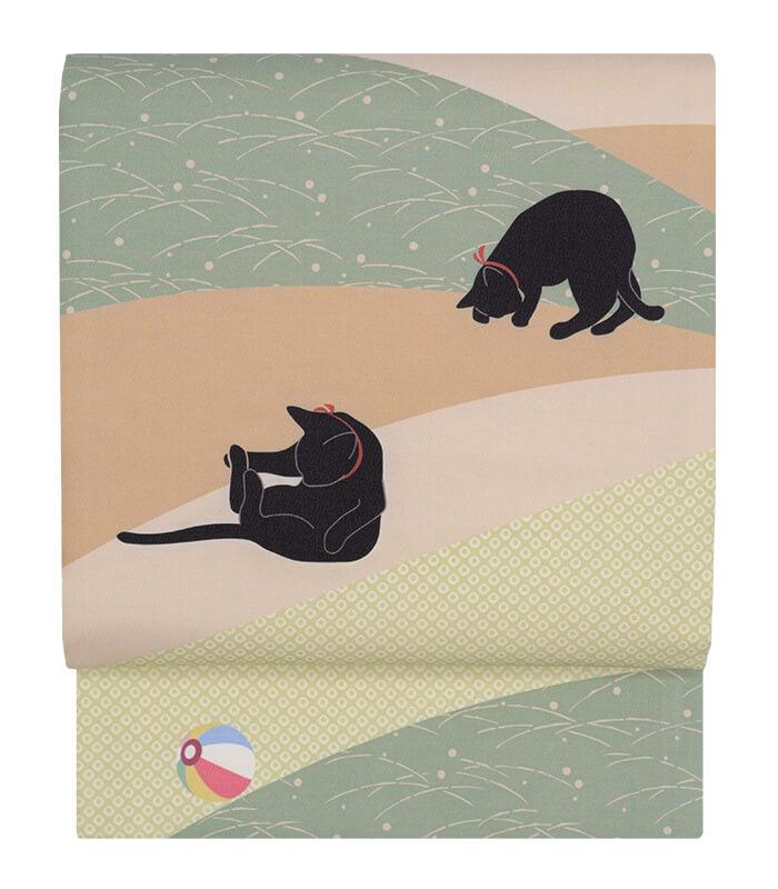 黒猫が紙風船で遊んでいるデザインの京袋帯「三年峠:柳染」製品イメージ