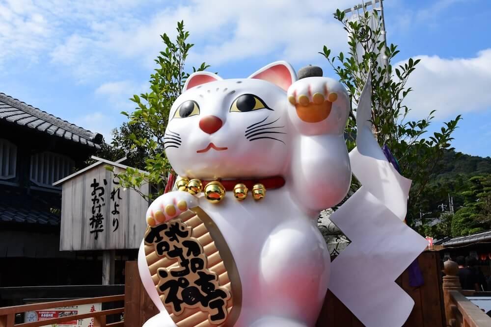 伊勢神宮前にある「おかげ横丁」の招き猫