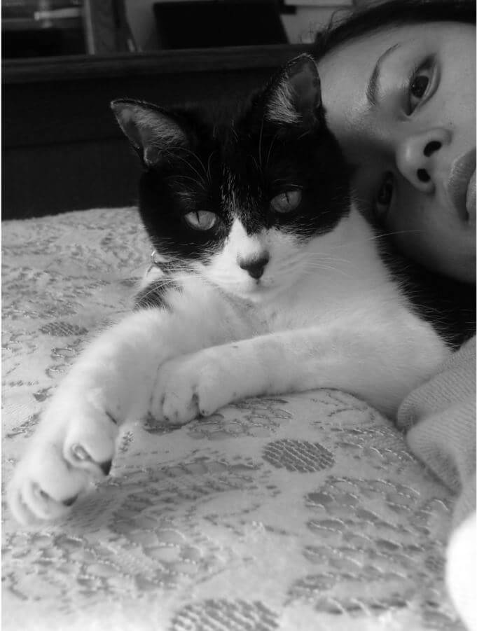 愛猫のピキと寝転がる猫沢エミ
