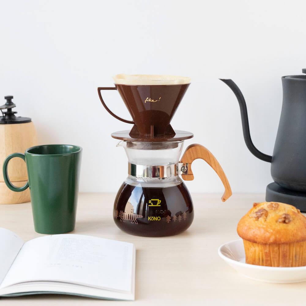 珈琲サイフォンとリサ・ラーソンのコラボ商品「KONO式コーヒードリッパーセット」、木と大地のブラウンカラー