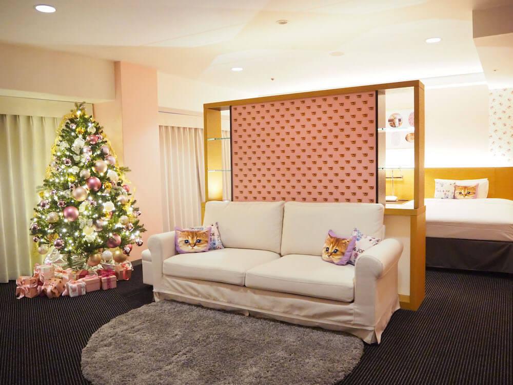 猫と花で装飾された客室にクリスマスツリーが設置 by ホテルニューオータニ×ポールアンドジョーのコラボ宿泊プラン第2弾