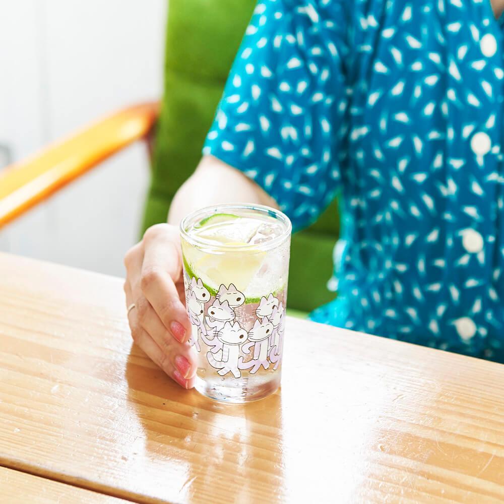 「11ぴきのねこ」のイラスト入りグラスの使用イメージ