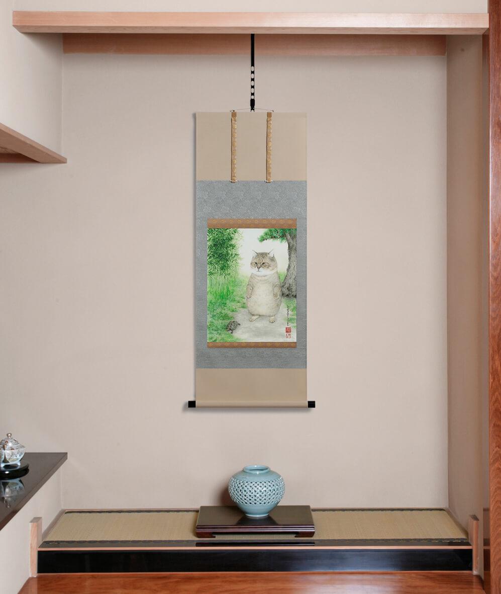 「つーさんの開運掛け軸」を床の間に飾ったイメージ