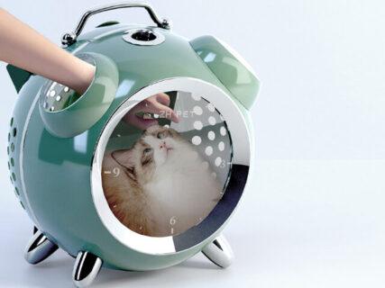 猫とのお出かけが楽しくなりそう!レトロな目覚まし時計型のリュックキャリー「カプセルペット」