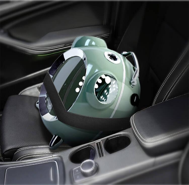 ペット用リュックキャリー「カプセルペット」を車の助手席に固定したイメージ
