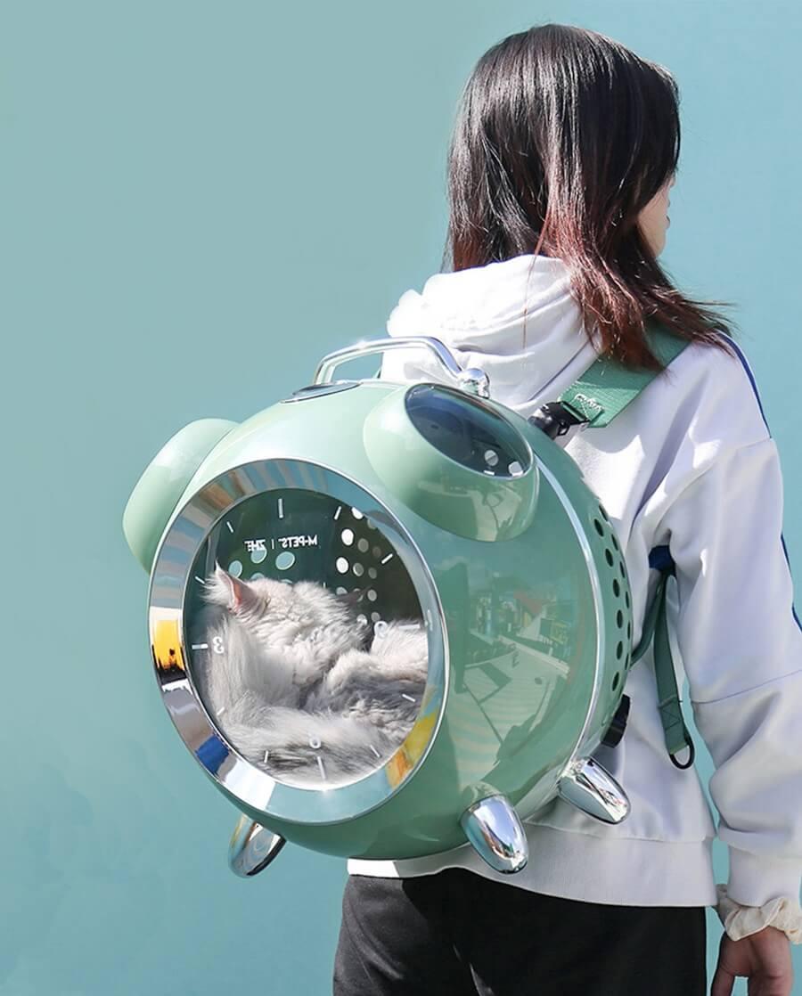 ペット用リュックキャリー「カプセルペット」をリュックのように背負ったイメージ