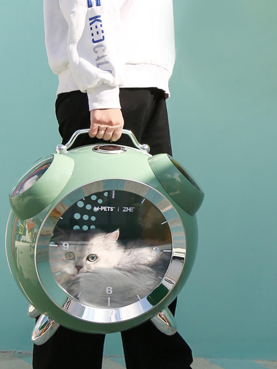 ペット用リュックキャリー「カプセルペット」を手に持って運ぶイメージ